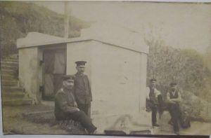 Deutsche Soldaten vor Brunnen, Fotokarte mit Text (2751)
