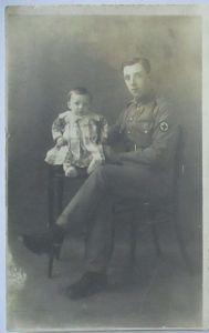 Großbritannien Soldat Sanitäter mit Kind, Fotokarte (40526)