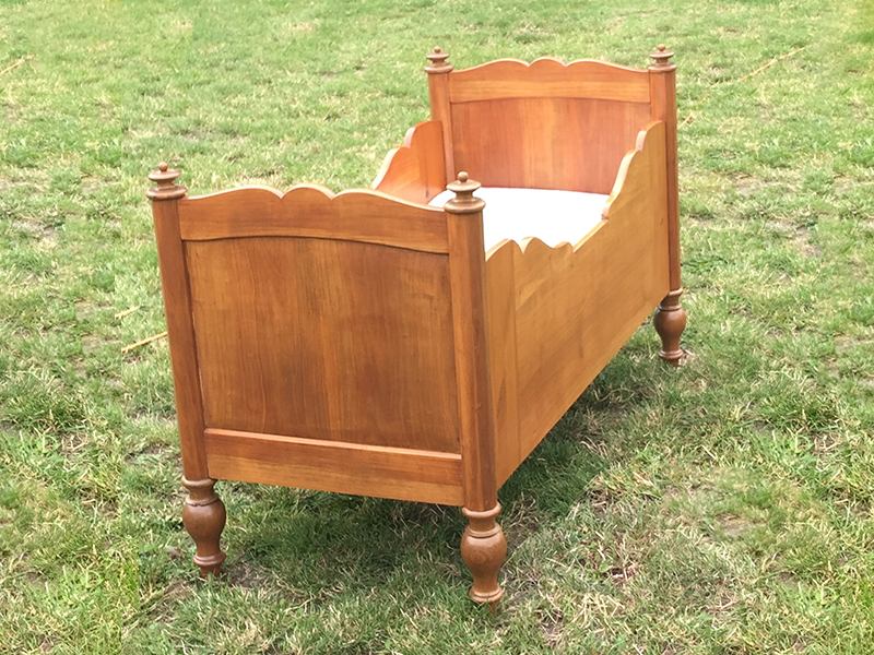 biedermeier kinderbett in buche s ddeutschland authentisches m bel der zeit um 1860. Black Bedroom Furniture Sets. Home Design Ideas