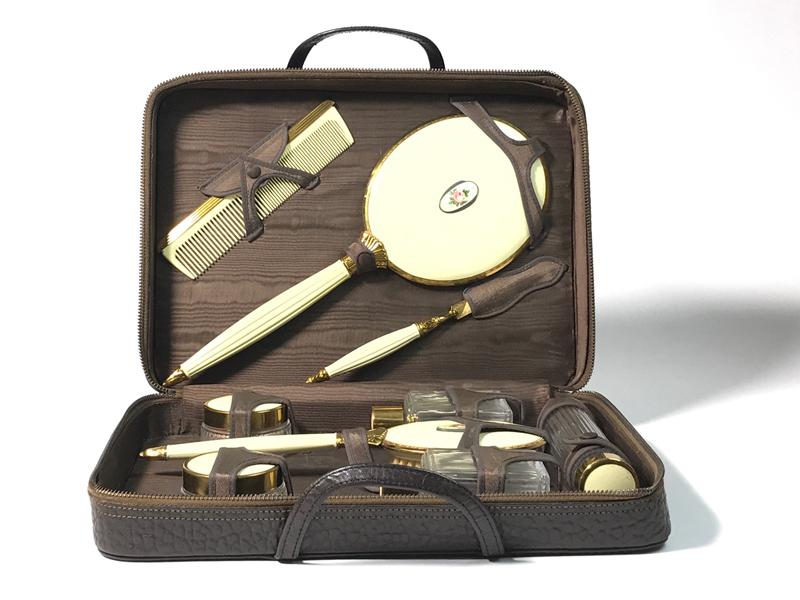 Kosmetikkoffer aus Leder,  mit Inhalt, sammlungswürdig, USA ca. 1935 0