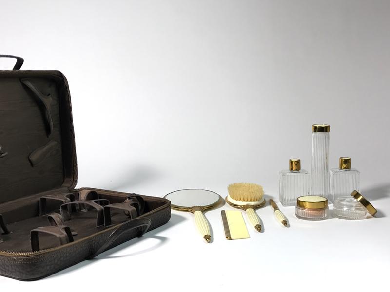 Kosmetikkoffer aus Leder,  mit Inhalt, sammlungswürdig, USA ca. 1935 1