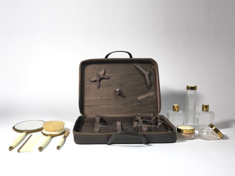 Kosmetikkoffer aus Leder,  mit Inhalt, sammlungswürdig, USA ca. 1935 3