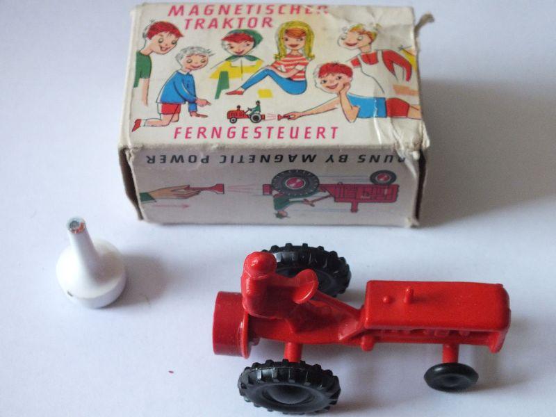 Magnetspielzeug Traktor fährt durch Magneten mit Verpackung Made in West-Germany 0