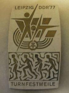 Turnfestmeile Leipzig DDR 1977, Abzeichen Orden Ehrenzeichen DDR aus Plaste