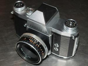 Kamera Praktica IV, Objektiv Tessar 2,8/50 6554374 Carl Zeiss Jena im Lederetui