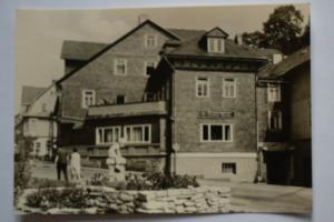 Ak Lauscha, FDGB-Vertragshaus und HO-Gaststätte, Wilder Mann 1972 nicht gelaufen