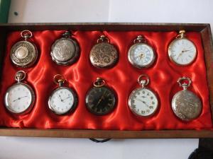 23 Taschenuhren, 2 Taschenuhrenketten, relativ neu, Quarz
