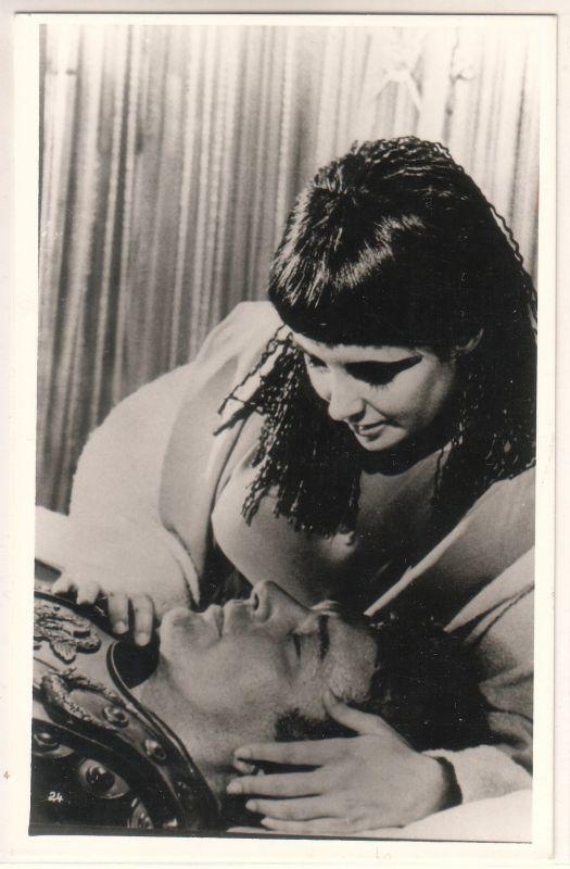 """Fotokarte ohne jeglichen Aufdruck oder Adresszeilen. Umseitig handschriftliche Notiz: """"Elizabeth Taylor, Richard Burton - Cleopatra - USA - Regie: Joseph L. Mankiewicz""""."""