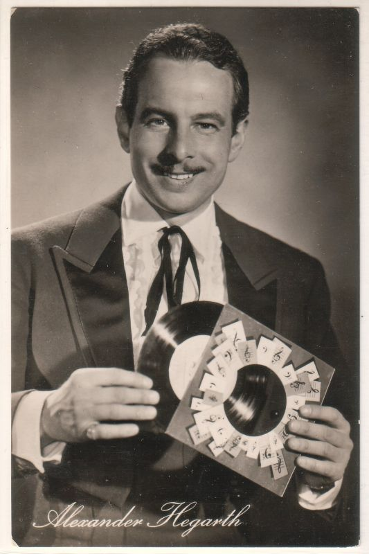 """Fotokarte/Autogrammkarte von Alexander Hegarth in dem DEFA-Film """"Meine Frau macht Musik"""". Foto: DEFA-Neufeld, Nr. 41/425."""