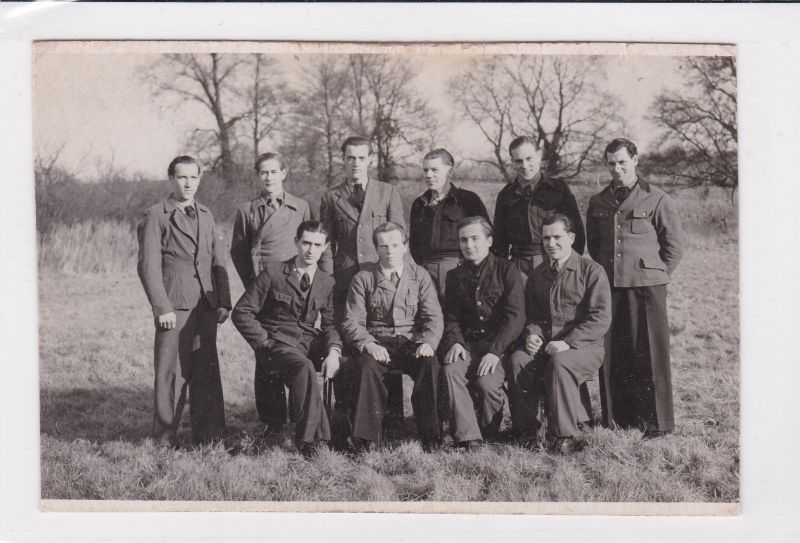 Foto aus englischer Gefangenschaft 1947. Umseitig mit einigen Namen und Zahlen. Weiteres Foto mit identischen Personen vorhanden, darauf handschriftlicher Vermerk: Gefangenschaft England 1947