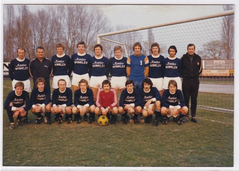 Foto Unbekannte Fußballmannschaft umseitig signiert Radio Winkler Glas Ewanschow