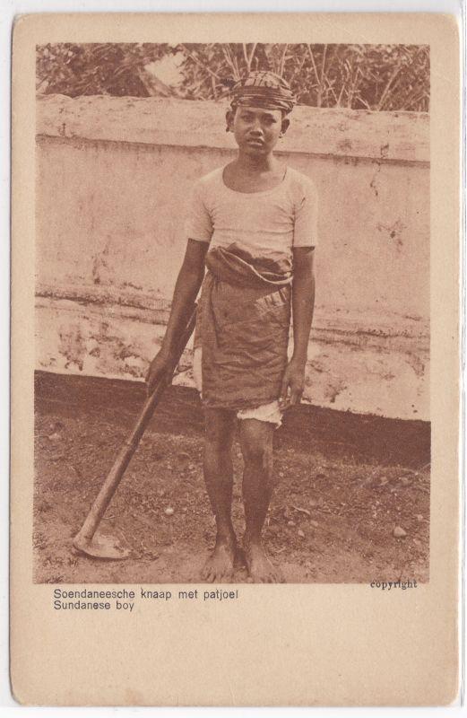 AK Indonesien Java Sundanese boy Soendaneesche knaap met patjoel ungelaufen Land on Volk No. 65