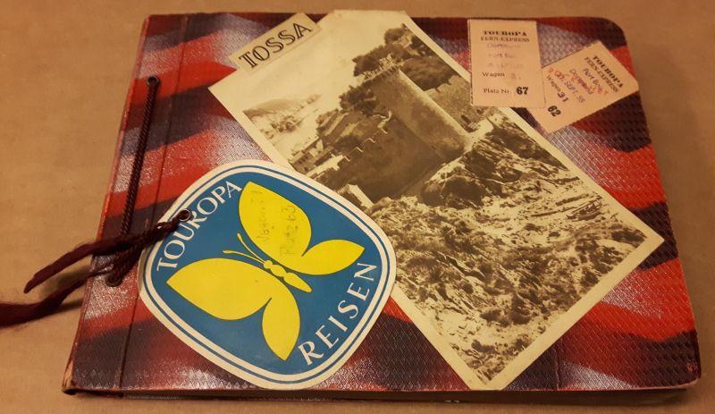 Privates Fotoalbum (Reiseerinnerung Reisealbum) über eine Reise nach Tossa (Spanien) aus dem Jahr 1955 im zeittyp. 1950er-Jahre-Album (mit Pergamentseite zwischen jeder Albumseite und Kordel) - beide Deckel sind mit Zugfahrkarten, kleinen Karten, Bilde...