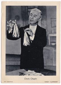 Fotokarte Foto United Artists Charly Chaplin Filmszene mit Fisch. Randhinweise unten: Foto: United-Artists III/18/211 - Ag 62/55/DDR. Umseitig blanko.