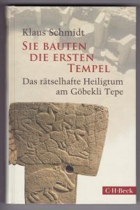 Sie bauten die ersten Tempel. Das rätselhafte Heiligtum am Göbekli Tepe. Mit 110 Abbildungen im Text, davon 61 in Farbe, und 2 Karten auf den Vorsätzen. Erste Auflage in C. H. Beck Paperback 2016.