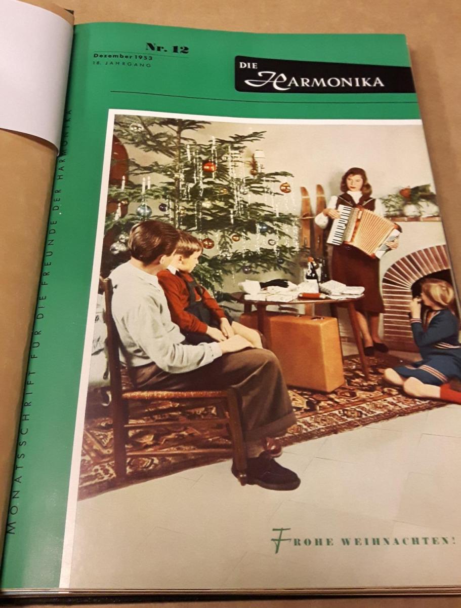 Die Harmonika - Monatsschrift für die Freunde der Harmonika / 18. Jahrgang 1953 KOMPLETT (10 Einzelhefte) in der Original HOHNER-KLEMM-SAMMELMAPPE (Kl. SaMa 1) vorhanden - Die einzelnen Zeitschriften sind reich bebildert und zeittypisch im Stil der 195... 1