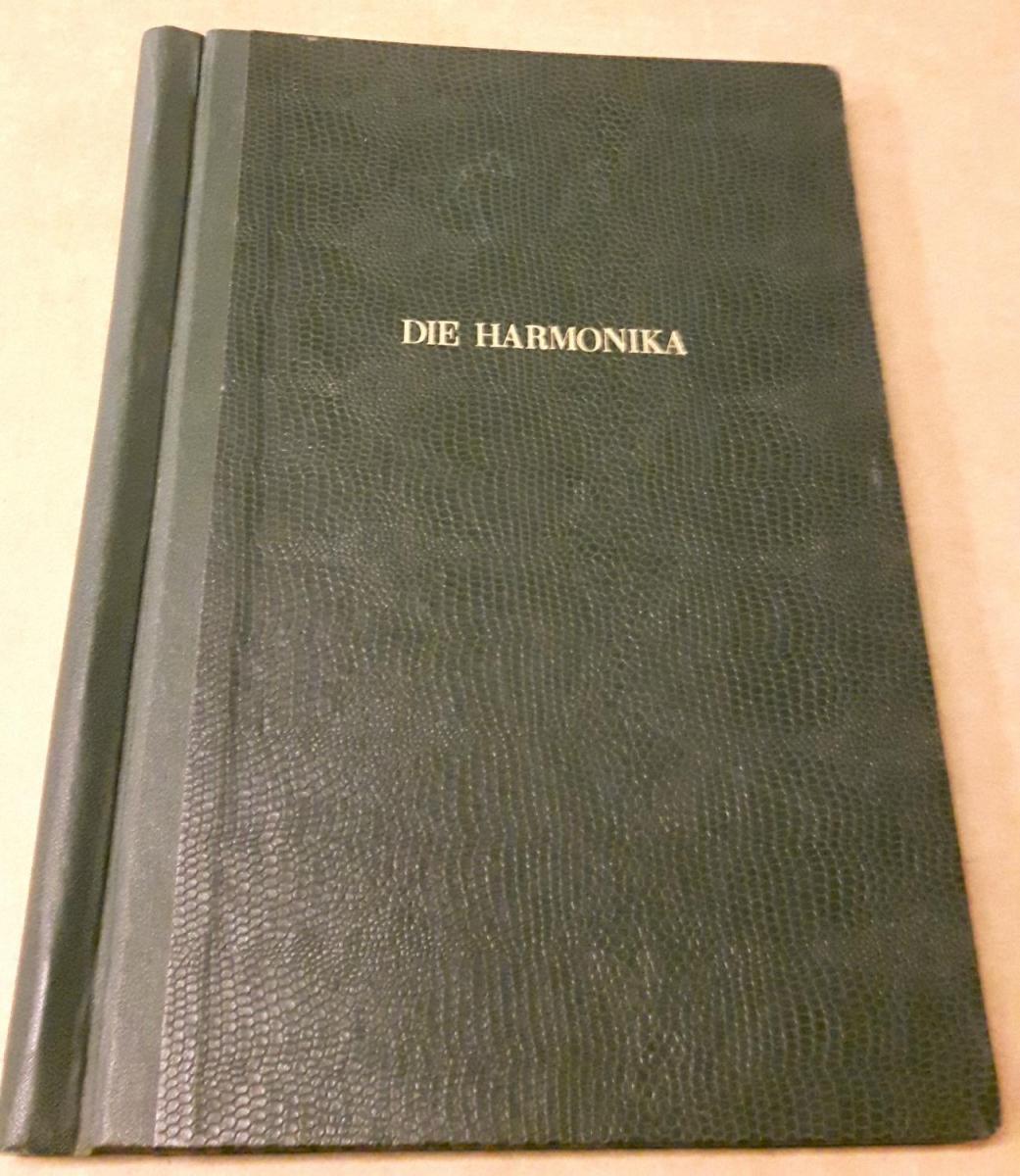 Die Harmonika - Monatsschrift für die Freunde der Harmonika / 19. Jahrgang 1954 KOMPLETT (9 Einzelhefte) in der Original HOHNER-KLEMM-SAMMELMAPPE (Kl. SaMa 1) vorhanden - Die einzelnen Zeitschriften sind reich bebildert und zeittypisch im Stil der 1950... 0