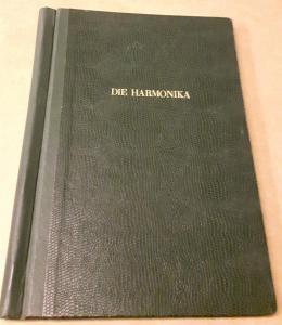 Die Harmonika - Monatsschrift für die Freunde der Harmonika / 19. Jahrgang 1954 KOMPLETT (9 Einzelhefte) in der Original HOHNER-KLEMM-SAMMELMAPPE (Kl. SaMa 1) vorhanden - Die einzelnen Zeitschriften sind reich bebildert und zeittypisch im Stil der 1950...