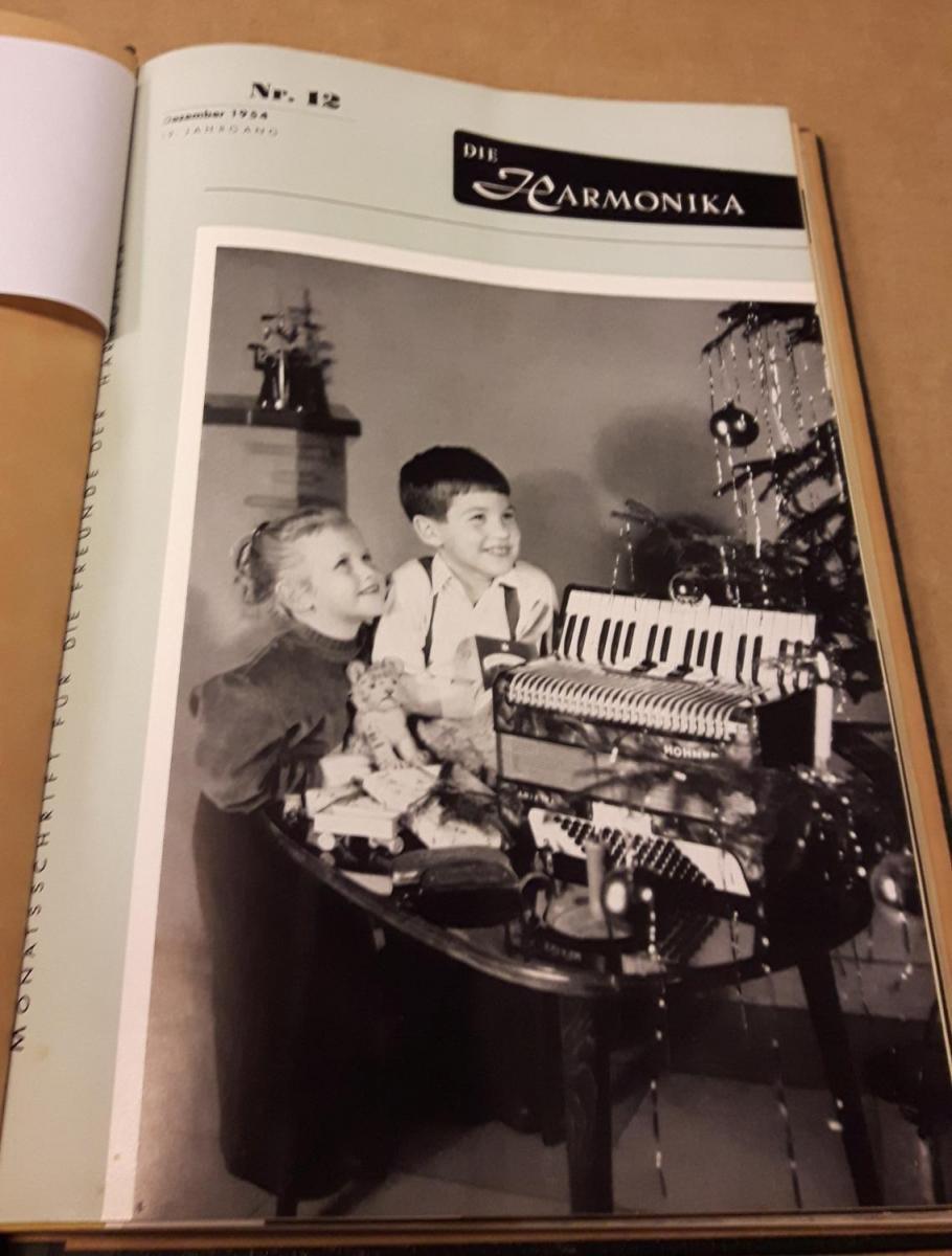 Die Harmonika - Monatsschrift für die Freunde der Harmonika / 19. Jahrgang 1954 KOMPLETT (9 Einzelhefte) in der Original HOHNER-KLEMM-SAMMELMAPPE (Kl. SaMa 1) vorhanden - Die einzelnen Zeitschriften sind reich bebildert und zeittypisch im Stil der 1950... 1