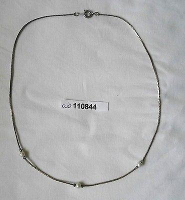 Grazile silberfarbene Kette mit 3 kleinen weißen Perlen (110844)