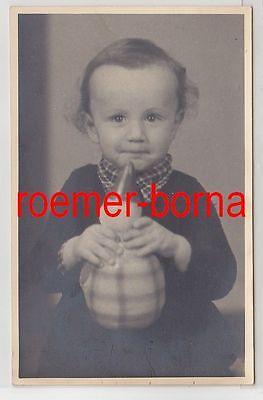 83233 Foto Porträt Kleinkind mit Stehaufmännchen aus Halle um 1930