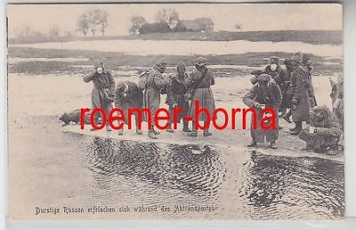 77981 Ak Durstige Russen erfrischen sich während des Abtransports um 1915