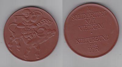 DDR Porzellan Medaille Solidarität mit Vietnam um 1975 (112625)