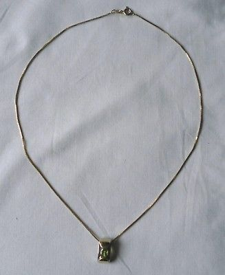 Schöne vergoldete Kette aus 925er Silber mit grünem Stein Anhänger (104501)