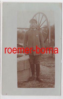 86347 Foto Ak Soldat mit Eisernem Kreuz am Brunnen um 1915