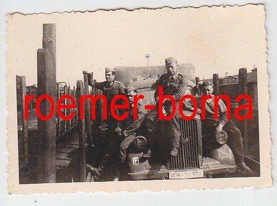 72905 Original Foto Soldaten mit LKW mit Kennung beim Bahntransport 2.Weltkrieg