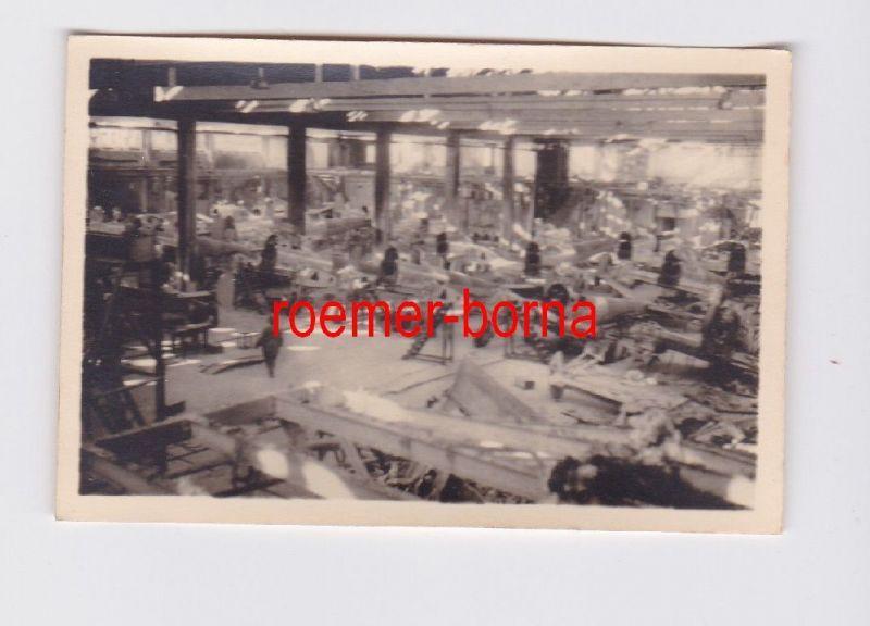18703 Foto Montagehalle der Flugzeug Produktion im 2.Weltkrieg