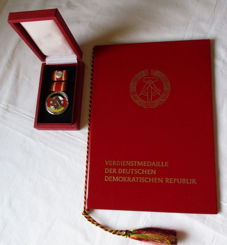 DDR  Verdienstmedaille der DDR im Originaletui + Verleihungsurkunde 1981 /121430