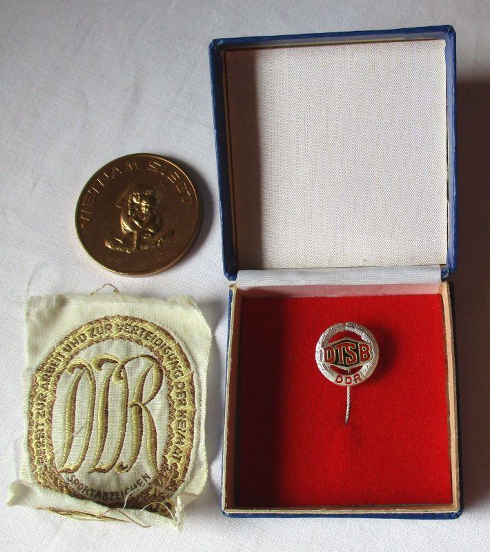 Konvolut aus DDR Medaille Vietnam siegt, Sportabzeichen + Abzeichen DTSB /100555