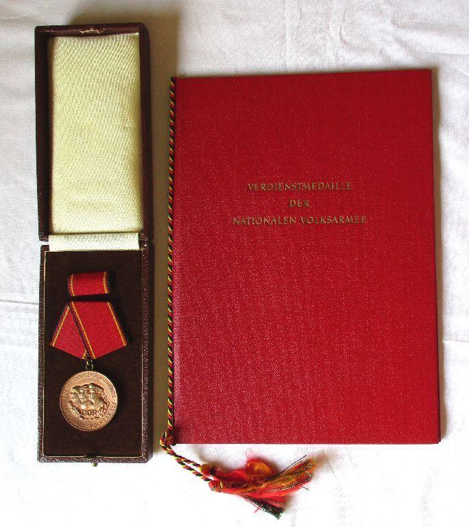 DDR Verdienstmedaille der NVA Bronze Stasi + Urkunde Mielke 1966 (122194)