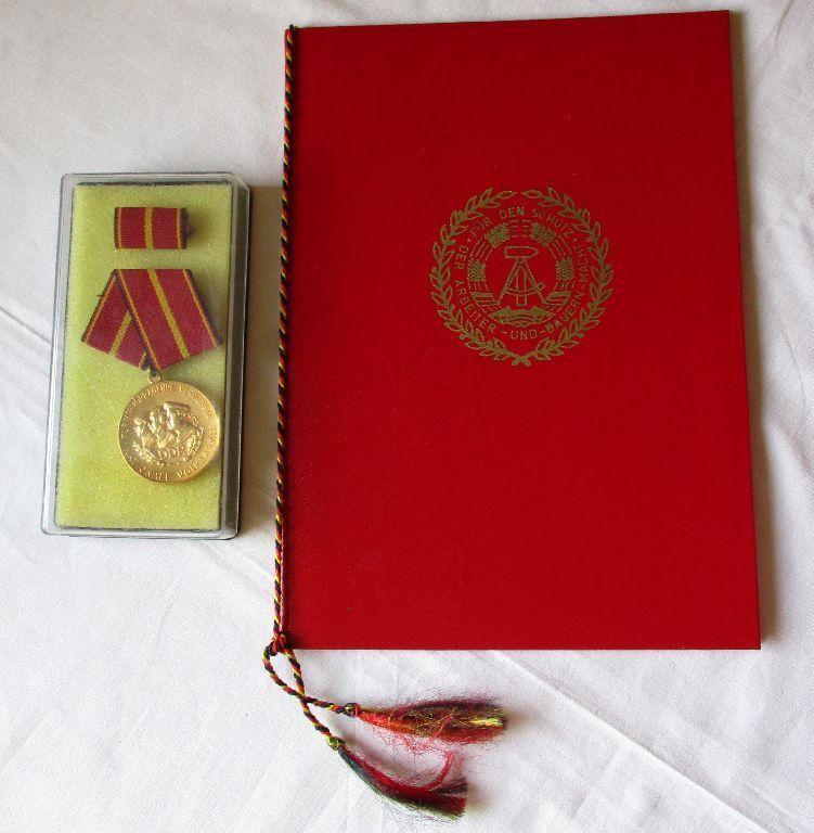 DDR Verdienstmedaille der NVA Gold Stasi + Urkunde Mielke 1977 (120292)