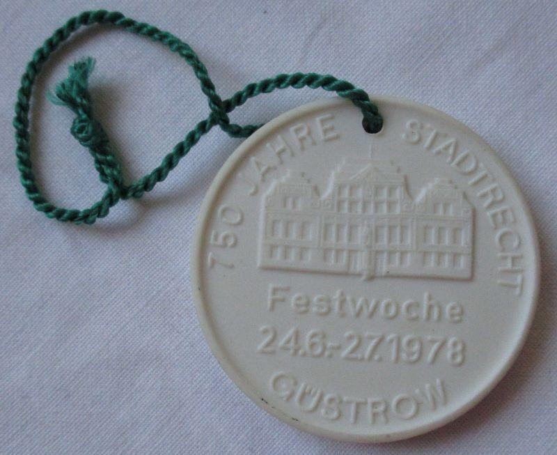 DDR Porzellan Medaille 750 Jahre Stadtrecht Güstrow 1978 (116447)