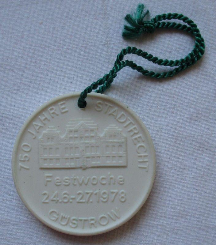 DDR Porzellan Medaille 750 Jahre Stadtrecht Güstrow 1978 (115447)