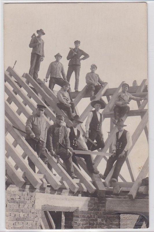 81592 Foto Ak Crimmitschau Arbeiter beim Bau eines Dachstuhl um 1920