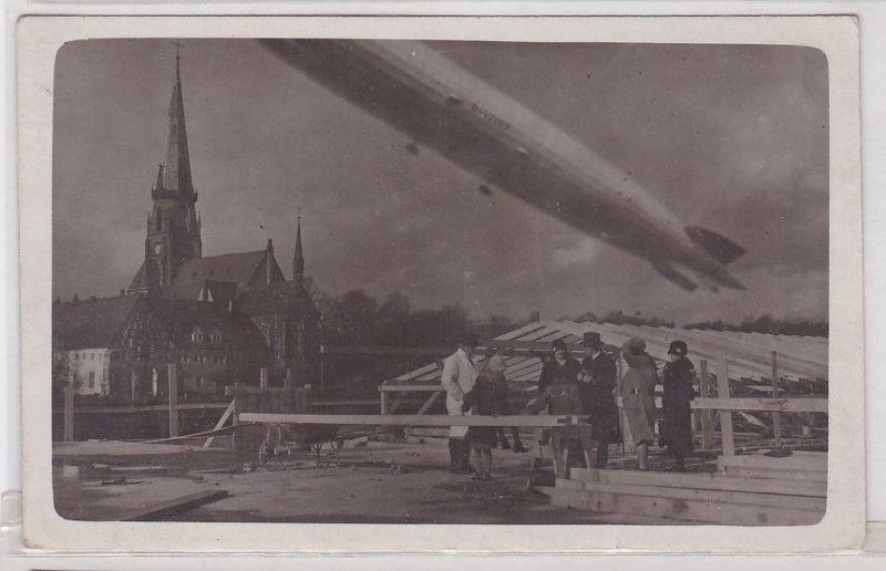 91081 Foto Ak Zeppelin Luftschiff LZ 127 über Baustelle um 1930 0
