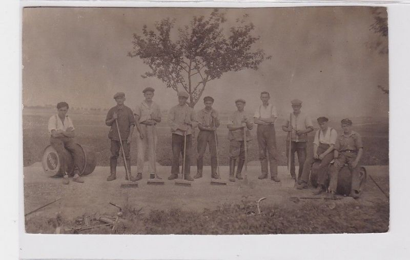 92208 Foto Ak Arbeiter bei Strassenbauarbeiten um 1920 0