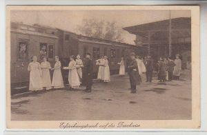71667 Patriotika Ak Soldaten mit Erfrischungstrunk auf der Durchreise um 1916