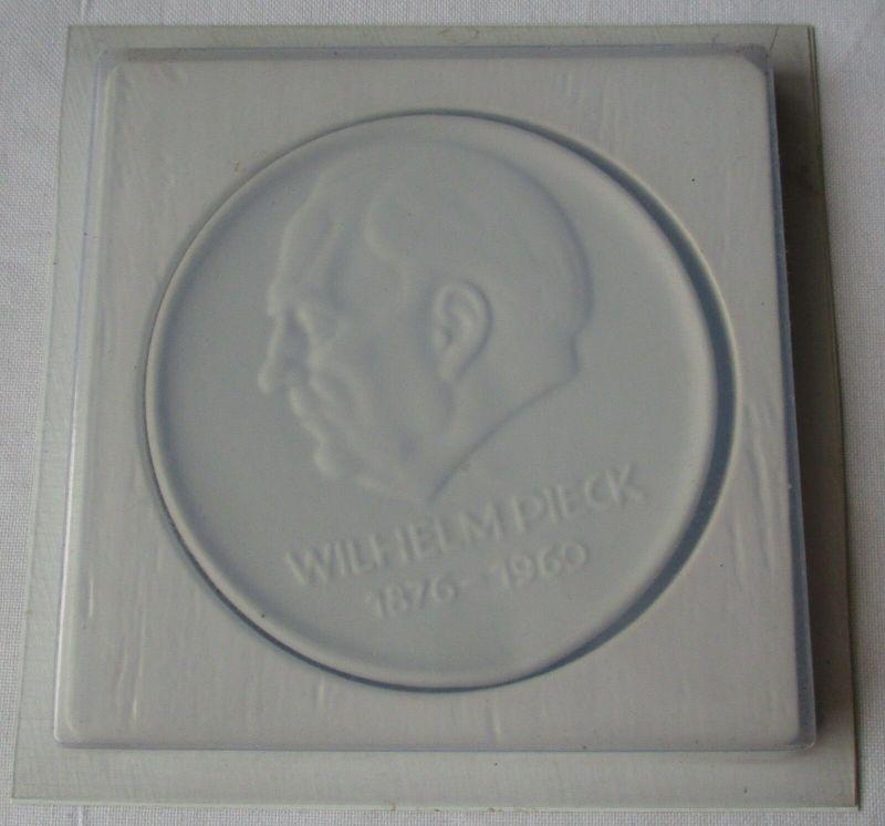 DDR Porzellan Medaille VEB Wohnungsbaukombinat Wilhelm Pieck Suhl (129368)