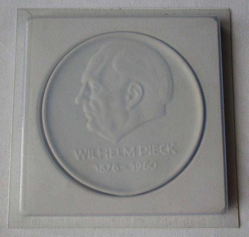 DDR Porzellan Medaille VEB Wohnungsbaukombinat Wilhelm Pieck Suhl (129430)