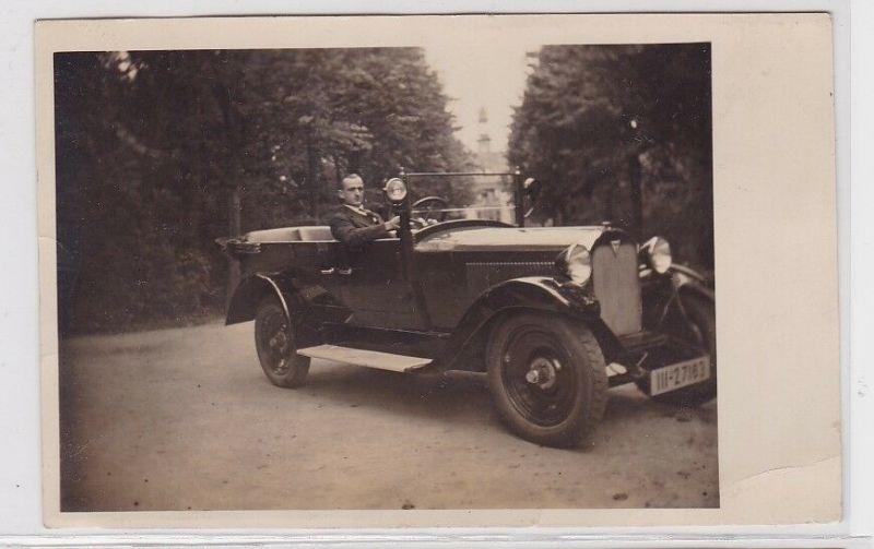 91730 Foto AK Auto Oldtimer mit jungem Mann, Atelier Leipzig