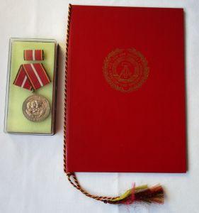 DDR Verdienstmedaille d. NVA Nationale Volksarmee Silber + Urkunde 1979 (115480)
