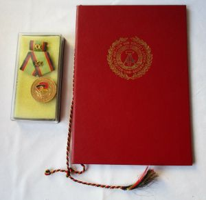 DDR Medaille NVA für treue Dienste Gold + Urkunde Minister Hoffmann 1980(110737)