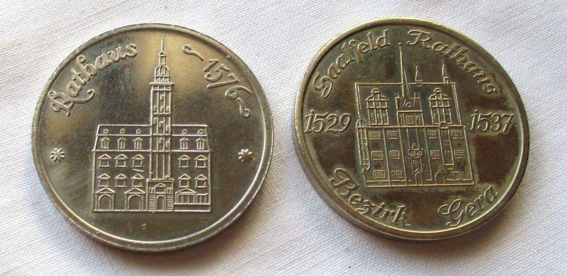 2 DDR Medaillen Wappen der Stadt Gera, Rathaus 1576 + Saalfeld Rathaus (121239)