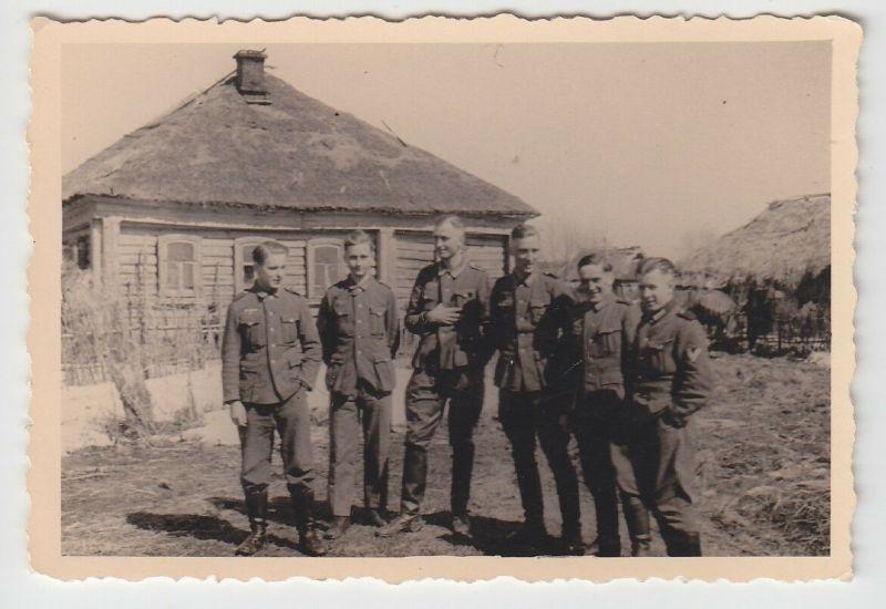 63371 Original Foto Deutsche Soldaten vor Bauernhaus in Russland 1943