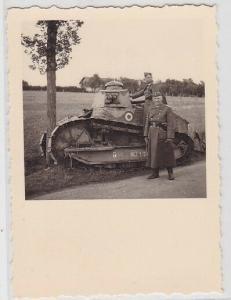 92524 Foto Kommandant/Schütze und Fahrer eines eroberten Renault FT Panzer 2. WK