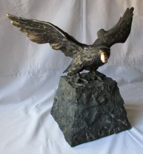 Dekorative alte Bronzeplastik Adler auf Fels mit echtem Hornschnabel (110372)